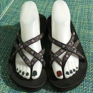 Teva Black Daisy Strappy Sandals EUC